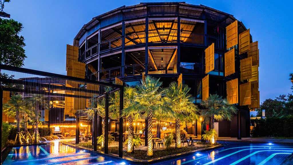 Tiger Muay Thai Beachside - Pool bei Nacht - Fitnessurlaub für Reiseathleten