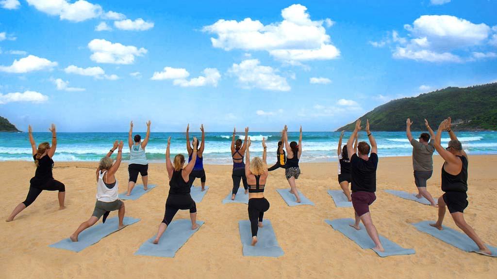 Yoga am Strand - Phuket - Fitnessurlaub mit Reiseathleten in Phuket