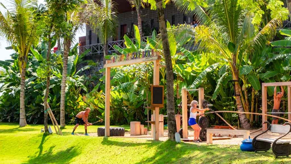 Muscle Beach Outdoor - Komune Resort & Beach Club auf Bali - Fitnessurlaub auf Bali für Reiseathleten