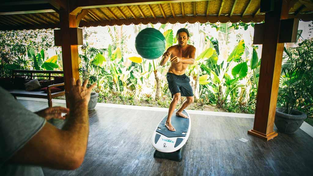 Surfboard Fitness Kurs - Komune Resort & Beach Club auf Bali - Fitnessurlaub auf Bali für Reiseathleten