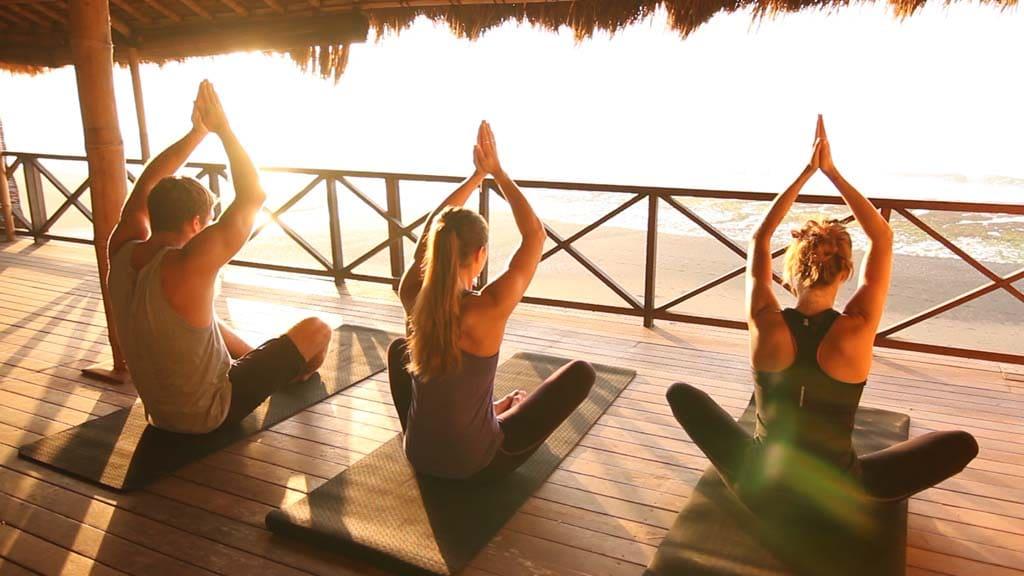 Yoga bei Sonnenuntergang - Komune Resort & Beach Club auf Bali - Fitnessurlaub auf Bali für Reiseathleten