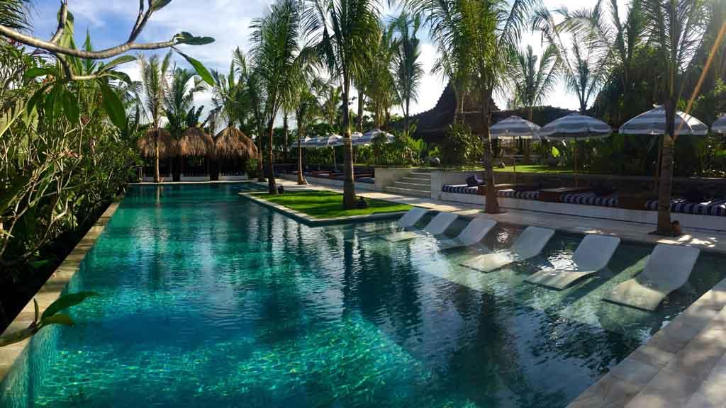 Entspanne am Pool - Komune Resort & Beach Club auf Bali - Fitnessurlaub auf Bali für Reiseathleten