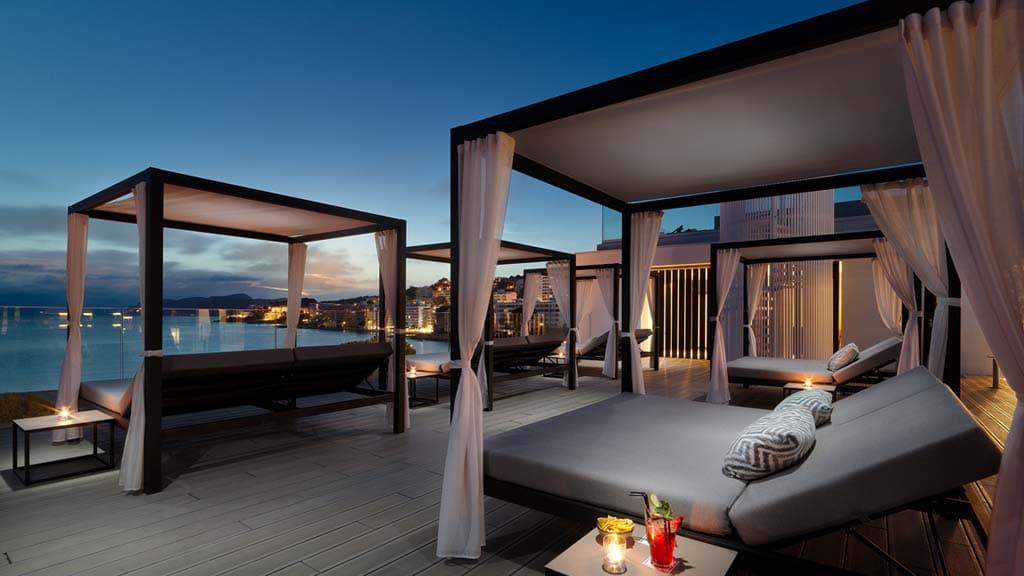 Entspanne am Abend in deinem Bootcamp Urlaub auf der Dachterrasse des Hotels und genieße die wunderschöne Aussicht auf das Mittelmeer - Fitnessreisen für Reiseathleten