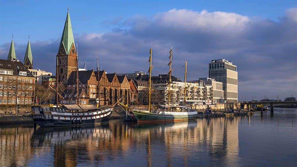 Dreimaster liegen an der Promenade an der Weser in Bremen - Entdecke die Hansestadt Bremen - Fitnessurlaub in Bremen - Fitnessurlaub Deutschland - Fitnessreisen für Reiseathleten