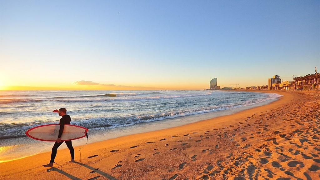 Surfing in Barcelona - Barceloneta Strand - Fitnessurlaub Barcelona - Fitnessurlaub für Reiseathleten