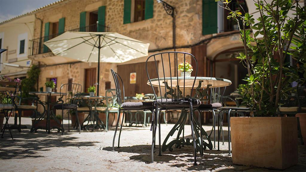 Entspanne im Cafe auf Mallorca - Fitnessurlaub Mallorca - Fitnessurlaub Spanien - Fitnessreisen für Reiseathleten