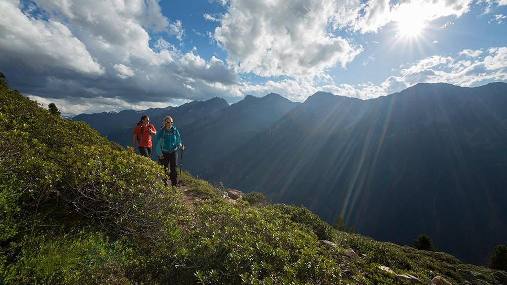 Fitnessurlaub in Österreich - Nordic Walking mit Bergsicht Hotel 4 Jahreszeiten Pitztal - Fitnessreisen für Reiseathleten