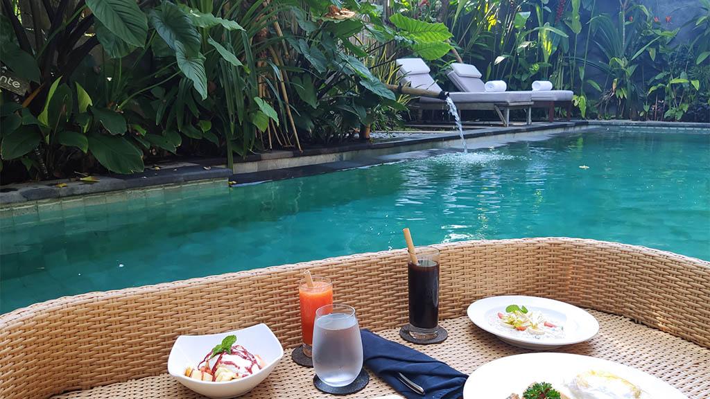 Floating Breakfast im Purana Boutique Resort Ubud Bali - Fitnessurlaub Bali - Fitnessreisen für Reiseathleten