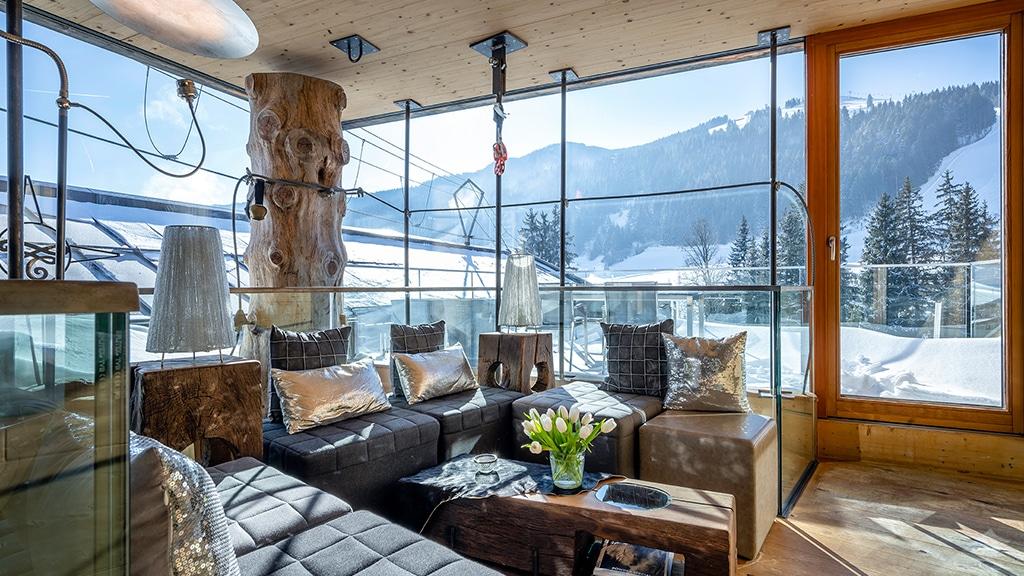 Hotel mama thresl Leogang Lounge Indoor mit Bergblick - Fitnessurlaub in Österreich - Fitnessreisen für Reiseathleten