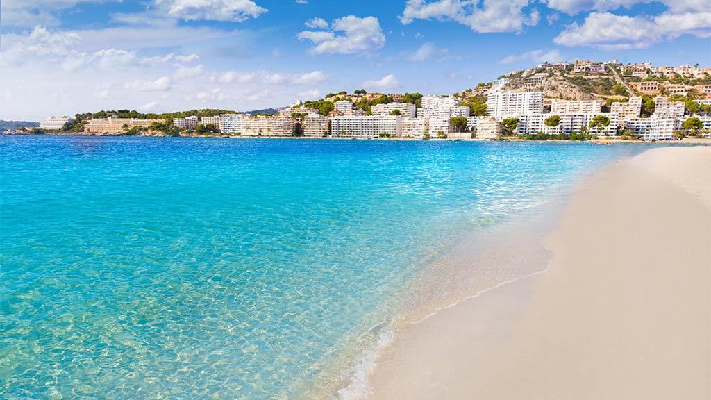 Strand von Santa Ponsa, Mallorca. Freue dich auf einen einmaligen Cross Fitness Sporturlaub auf Mallorca. Fitnessurlaub für Reiseathleten.