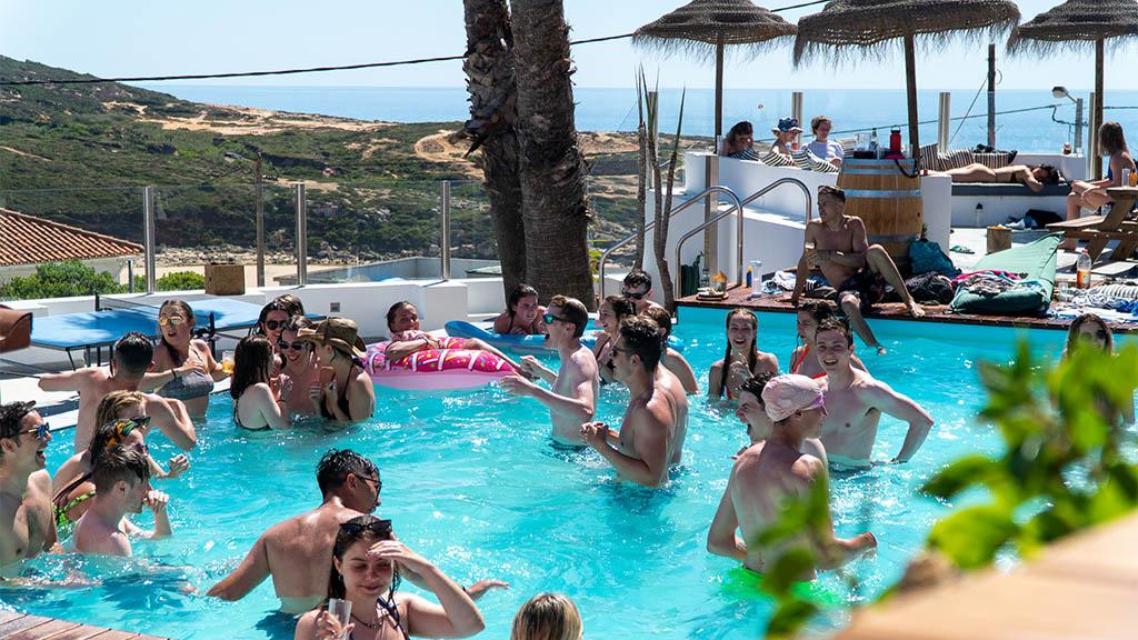 Entspannte Vibes im Surfcamp - Surfen, Fitness und Yoga in Portugal - Surfcamp in Ericeira, Fitnessreise Portugal - Fitnessurlaub für Reiseathleten